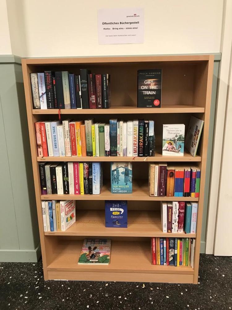 Büchergestell im Wartehüsli